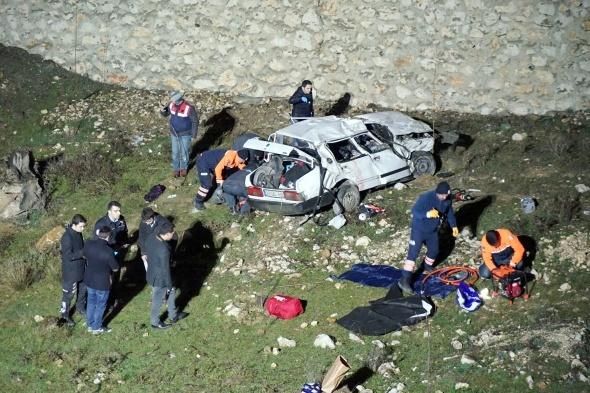İki otomobil peş peşe dereye uçtu: 3 ölü, 8 yaralı