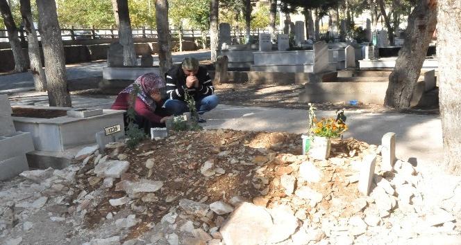 Doğmadan ölen ikizler, annesi ile aynı mezara defnedildi