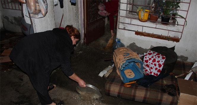 Rögar kapağından taşan sular bir evi bastı