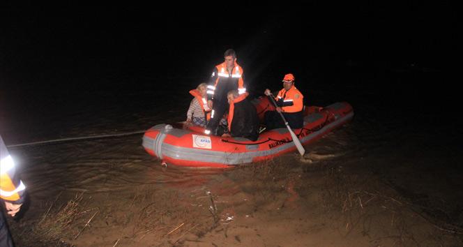 Ayvalıkta sel felaketi! Mahsur kalanları AFAD botlarla kurtardı