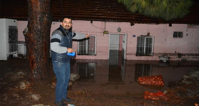 İzmirde onlarca ev ve iş yerini su bastı
