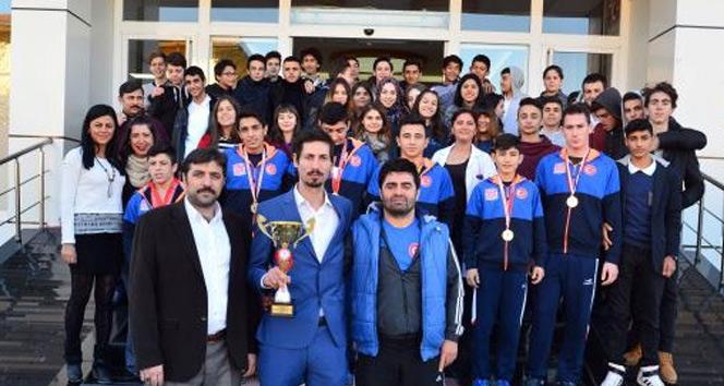 Taşdelen Uğur Okulları, tüm şampiyonluk kupalarını aldı
