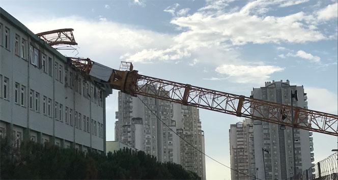 İzmirde 50 metrelik kule vinç lise binasının üstüne devrildi