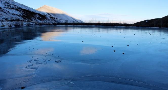 Erzurumda soğuk hava göleti dondurdu