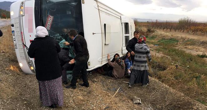 Denizlide yolcu otobüsü devrildi: 2 ölü, 19 yaralı