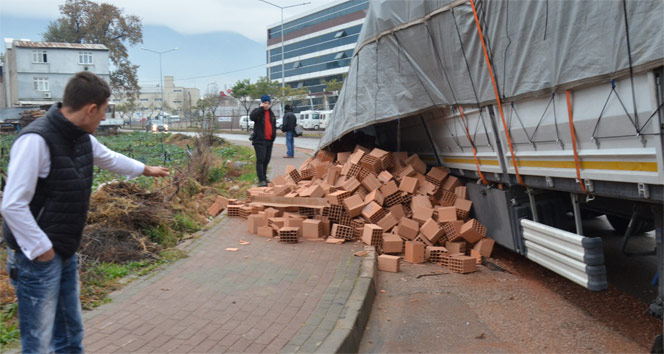 Bursada yol çöktü, 2 TIR yan yattı