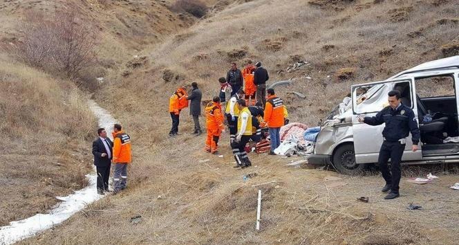 Sivasta hafif ticari araç şarampole devrildi: 1 ölü, 6 yaralı
