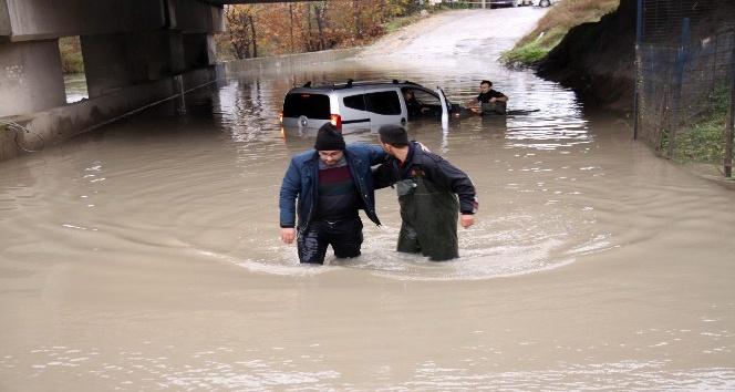 Su dolu alt geçitte aynı günde 3. araç mahsur kaldı