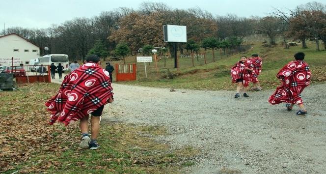 Yağmur altında koşan sporcular battaniyelerle ısındı