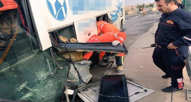 Yolcu otobüsü bariyerlere çarptı: 5 yaralı