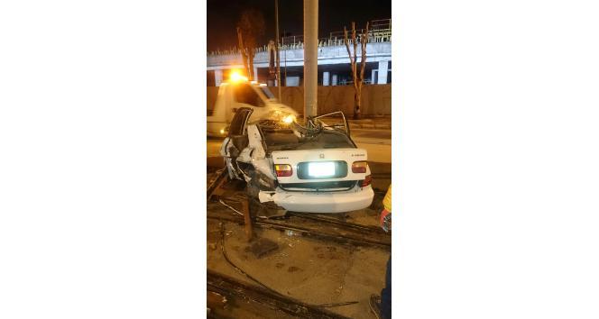 Kontrolünü kaybettiği otomobille tramvay yolundaki direğe çarptı: 1 ölü, 1 yaralı