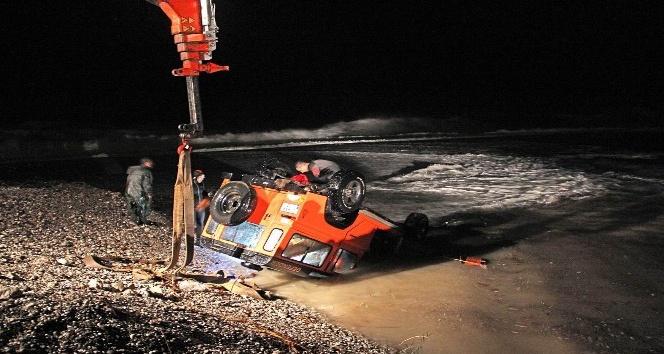Yolu kısaltmak isteyen sürücü ve yanındakiler ölümden döndü