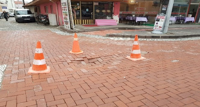 Yağmur, caddede çökmeye neden oldu