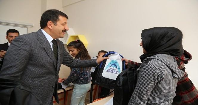 Başkan Ekinci'den gençlere kitap desteği