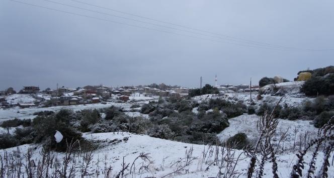 Lapsekiye yılın ilk karı yağdı