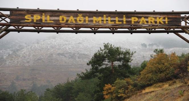 Manisa'nın Spil Dağı'na mevsimin ilk karı düştü