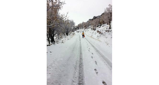 Sağlık ekipleri karlı havada hastaya ulaşmak işçin 5 kilometre yürüdü