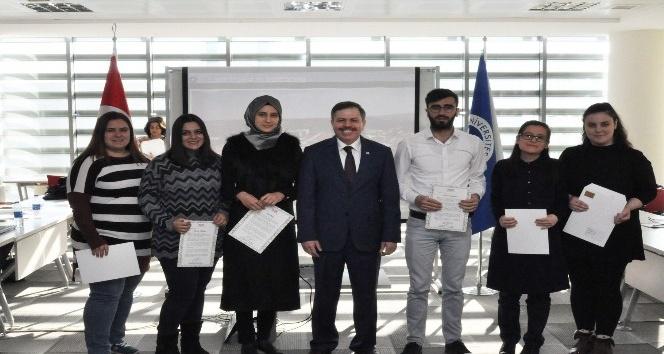 YÖK, Uşak Üniversiteli öğrencilere başarı belgesini verdi