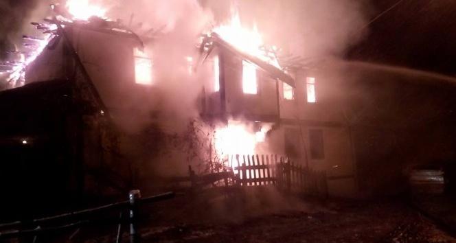 Kastamonu'da tarihi üç katlı konak, yangında küle döndü