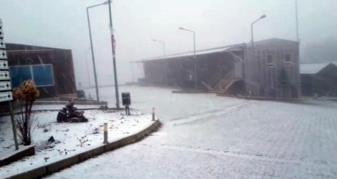 İzmir'e kar yağdı, vatandaşlar şaşkına döndü