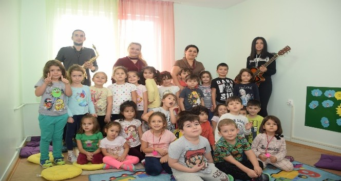 Kreş ve Gündüz Bakımevi'nde çocuklar için müzik dinletisi