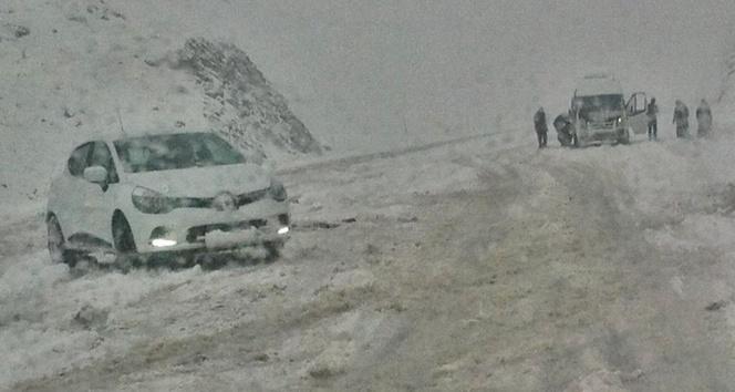 Bingöle kar yağdı, araçlar yolda kaldı