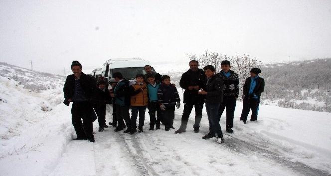 Bingöl'de 35 öğrenci yolda mahsur kaldı