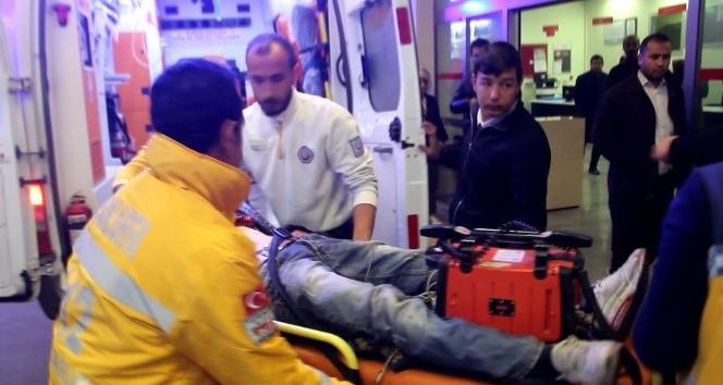 Öğrenci servisine çarpan motosikletli ağır yaralandı