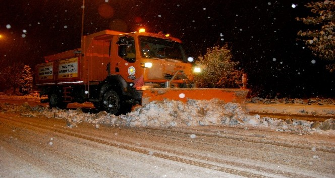 Konya Büyükşehir, kar ve buzlanmaya karşı 24 saat göreve hazır