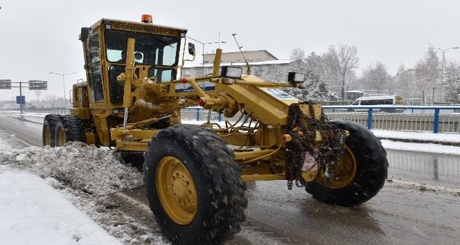 Büyükşehir'in timleri kent merkezi ve kırsalda karla mücadele ediyor