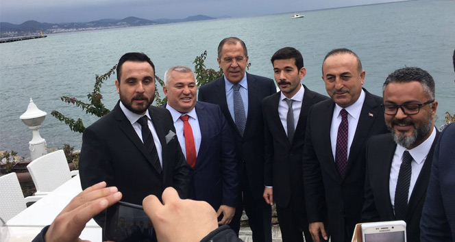 Türk ve Rus vatandaşlardan Bakan Lavrova pankartlı mesaj