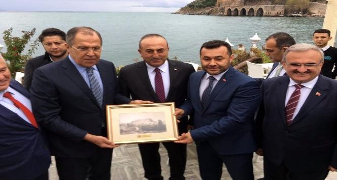 Türk ve Rus vatandaşlardan Bakan Lavrov'a pankartlı mesaj: