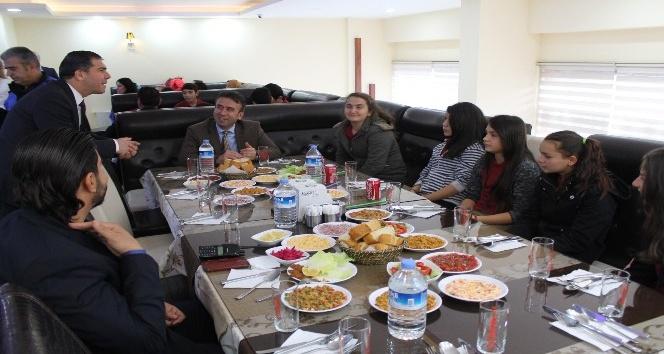 Öğrenciler protokol üyeleriyle birlikte yemek yedi