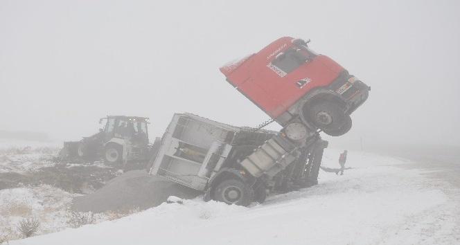 Erzincan'da kar yağışı ve sis ulaşımı aksattı
