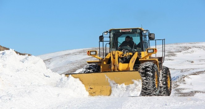 Sivas'ta kar köy yollarını kapattı