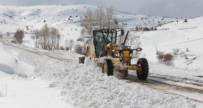 Sivasta kar köy yollarını kapattı