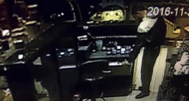 Lokantaya giren hırsızı temizlik fırçası ile kovaladı