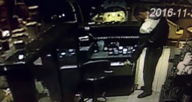 (Özel) Lokantaya giren hırsızı temizlik fırçası ile kovaladı