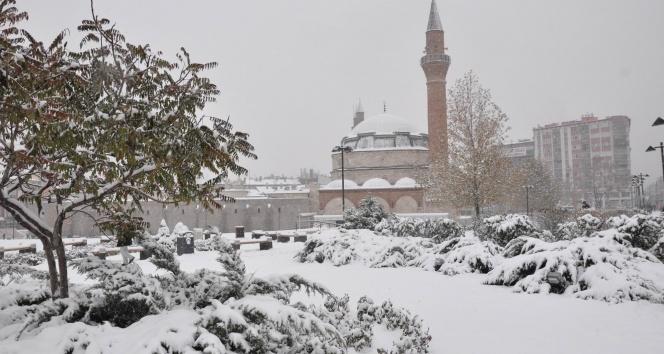İç Anadoluda kar yağışı etkili oluyor