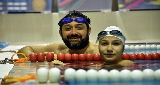 Başkan Murat Hazinedar, engelli yüzücüyle kozlarını paylaştı