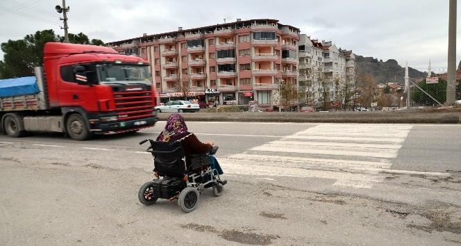 D-100 karayolu üzerindeki yaya geçitleri engellilere geçit vermiyor