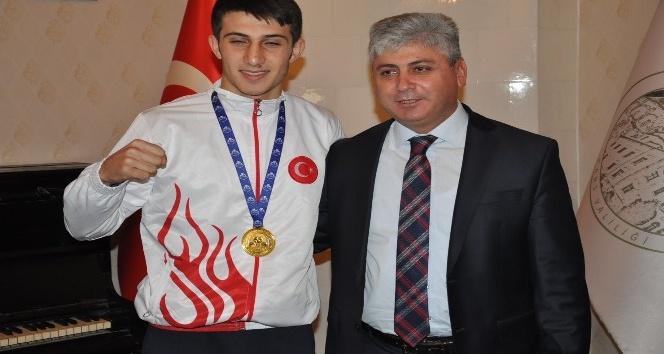 Vali Doğan, Dünya Şampiyonu boksörleri makamında kabul etti