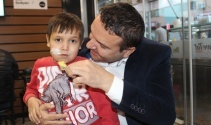 Dondurma yiyemeyen oğlu için çıktığı yolda marka oldu