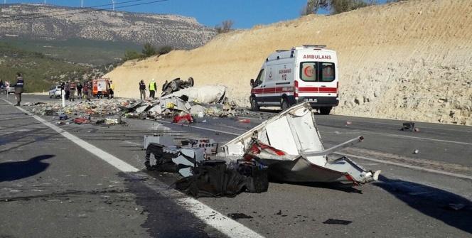 Mut'ta kamyon devrildi: 2 ölü