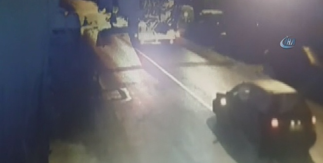 Lüks otomobilin yakıt tankerine çarpma anı kamerada