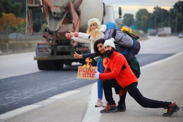 Suriyeli miniklere otostopla oyuncak götürdüler