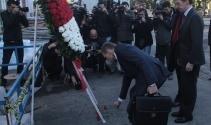 AB büyükelçileri terör kurbanları için çiçek bıraktı