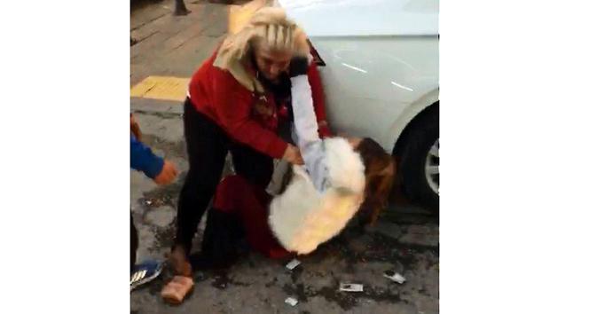 İki kadın cadde ortasında birbirine girdi!