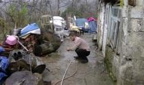 Çatısı olmayan taş evde oturan engelli vatandaşa yardım eli
