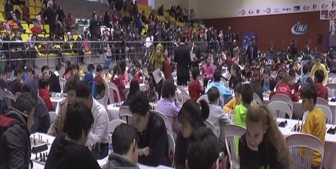 Yüzlerce öğrenci, satranç turnuvasında ter döktü